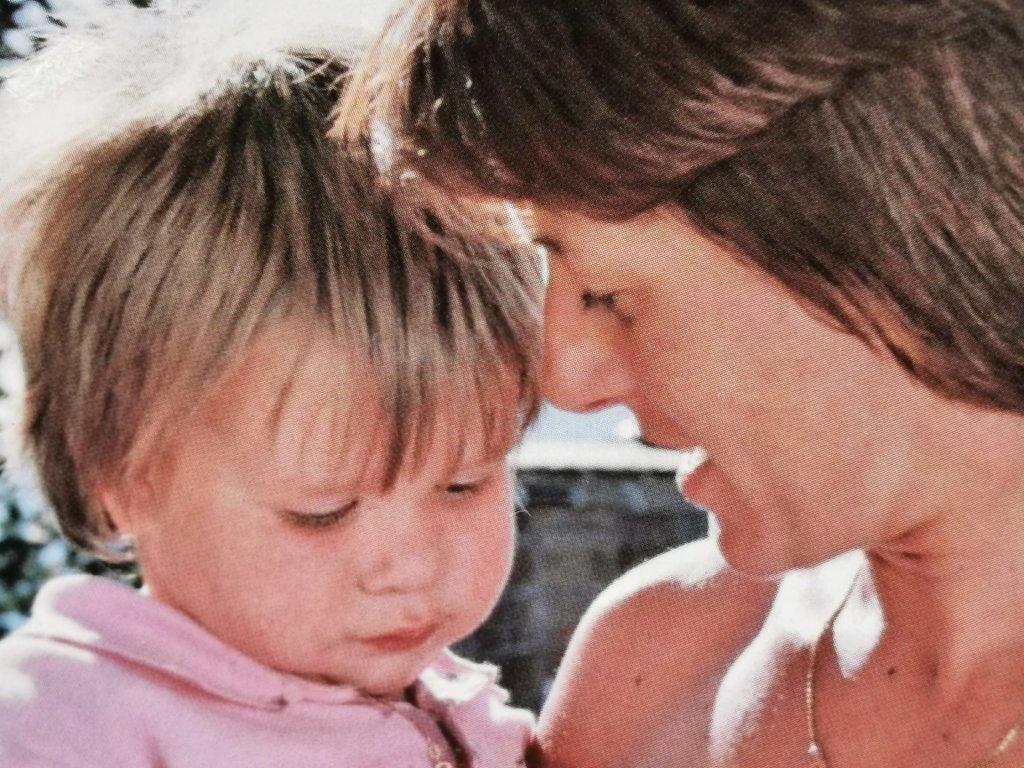 Mama und Tochter. Beispiel einer guten Mutter.